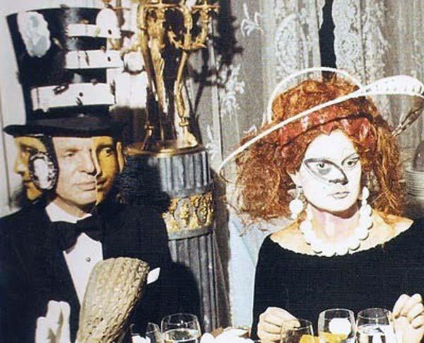 Barón Alexis de Rede en un Dalí diseñado Hat y la señora Espírito Santo