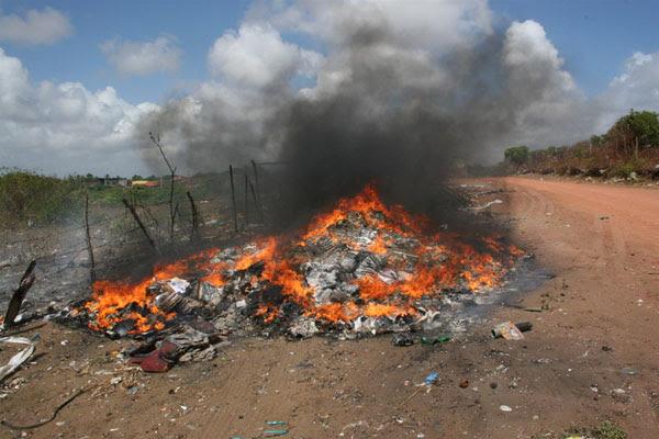 O fogo atinge grandes proporções. Livros foram descartados na rua Amaro Pienaga