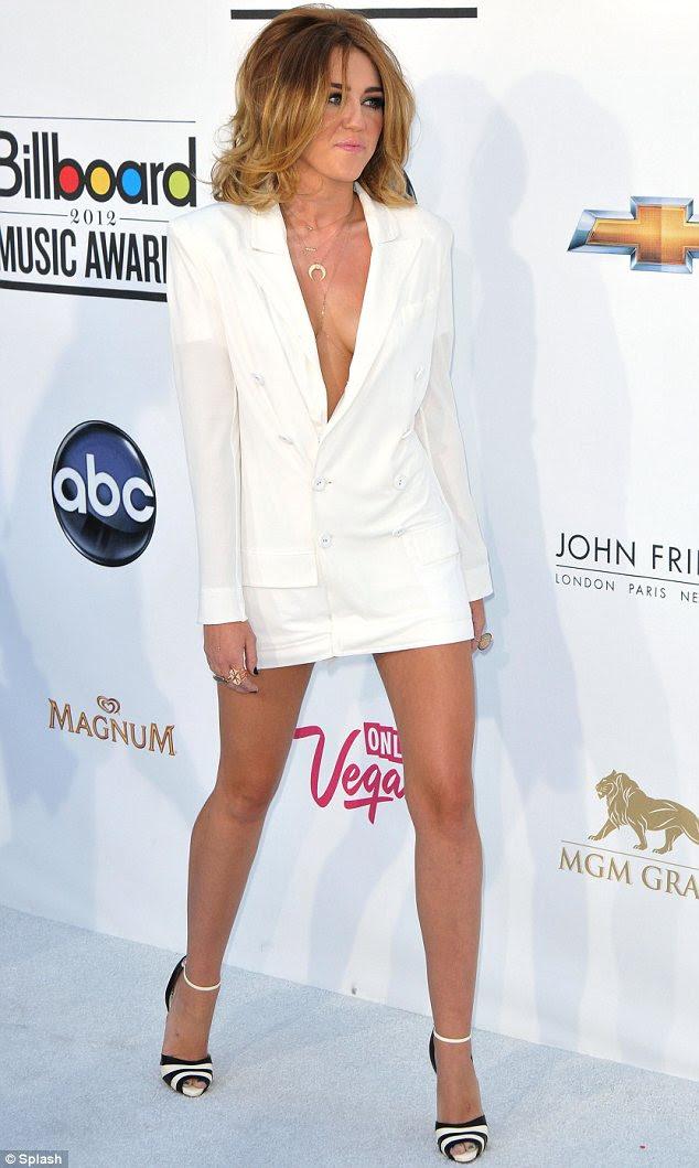 Onun gençlik yıllarında hiçe sayan: Miley hacimli saç ve makyaj dumanlı göz ile yetişkin topluluk sürüldü