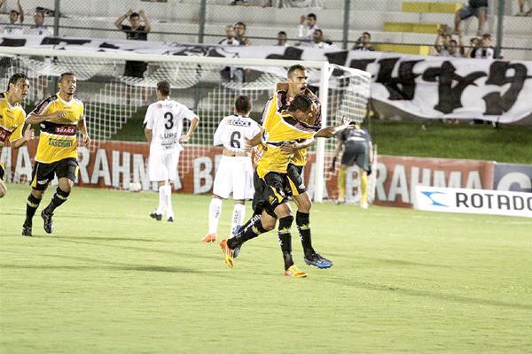 Criciúma, que teve um jogador expulso, arrancou empate no minuto final do jogo e manteve o ABC na zona de rebaixamento