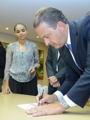 Eduardo Campos assina a ficha declarando apoio à criação da Rede Sustentabilidade, em maio de 2013. (Foto: Eduardo Braga/SEI)