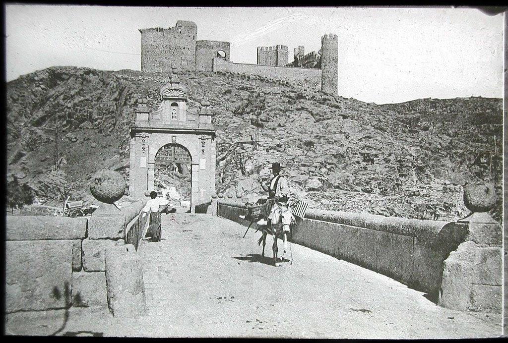 Puente de Alcántara y Castillo de San Servando a inicios del siglo XX. Ateneo de Madrid