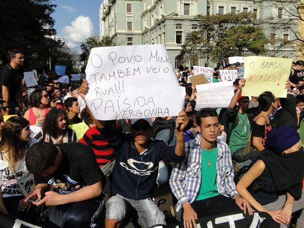 Manifestação reúne cerca de duas mil pessoas em Belo Horizonte, segundo a PM (Foto: Humberto Trajano/G1)