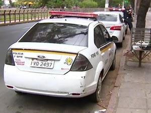 Foragido foi mantido dentro de viatura (Foto: Reprodução/RBS TV)