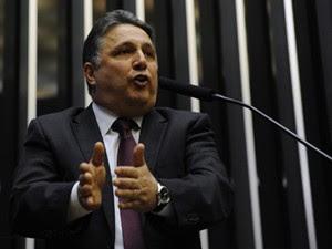 O líder do PR, Anthony Garotinho (RJ), na tribuna da Câmara na votação da MP dos Portos (Foto: Luis Macedo/Ag. Câmara)