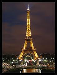Torre Eiffel fuera de la hora azul