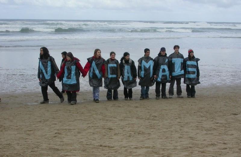 <p>Un grupo de escolares participa en la cadena humana de protesta contra la catástrofe del <em>Prestige</em> en 2002.</p>