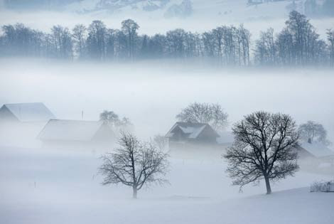 La niebla envuelve el paisaje en los alrededores del pueblo de Kerns, Suiza. (Foto: EFE)