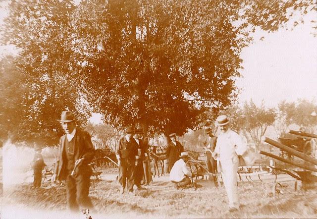 Demostración en la Feria de Maquinaria Agrícola en la Vega Baja hacia 1910. Fotografía de los Sucesores de Compañy © Cámara Agraria de Toledo, Junta de Comunidades de Castilla-La Mancha
