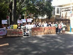 Grupo em protesto por melhores condições a animais de bosque em Campinas (Foto: Leandro Filippi / G1)