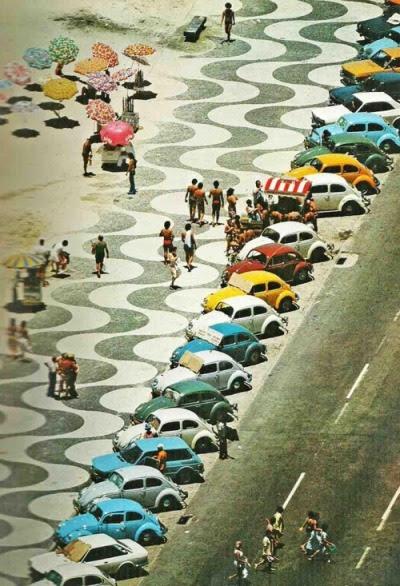 Foto tirada na década de 70, dos fuscas coloridos que faziam parte do cenário do Rio de Janeiro.