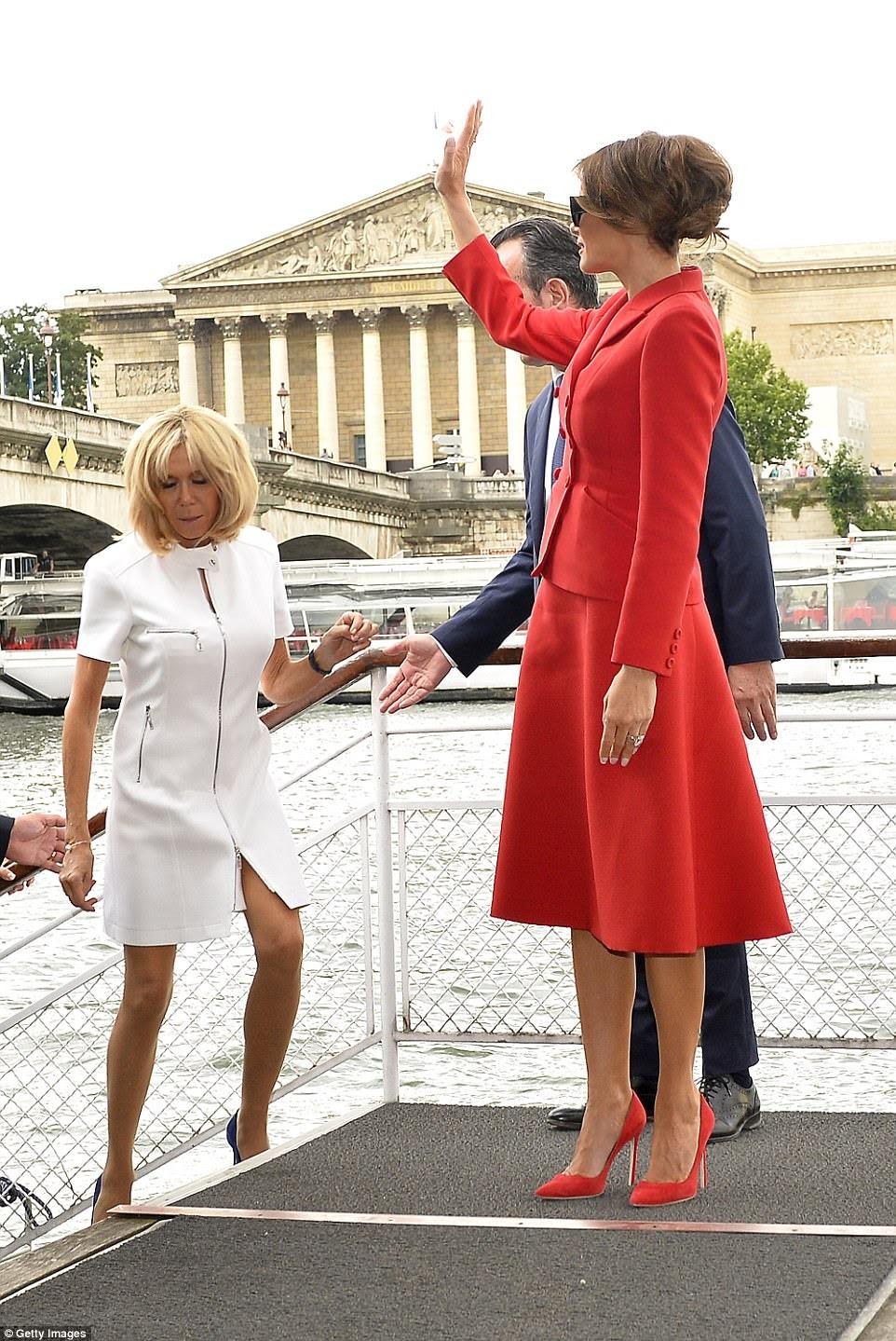 Les femmes ont fait une balade dans la Seine, tandis que leurs mariés ont acheté une boutique et ont tenu une conférence de presse
