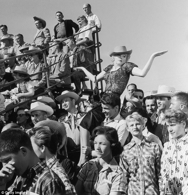 É 1956, e uma Marilyn 30-year-old é realizado no ombro do ator americano Don Murray no set de Bus diretor Joshua Logan do filme Parar