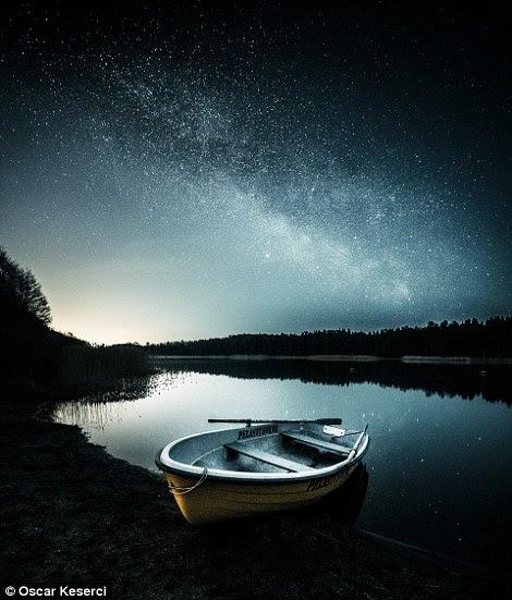 Um barco solitário delével em um lago em Kirkkonummi, Finlandia