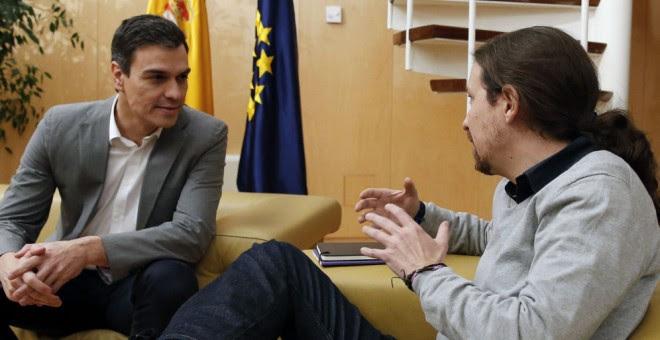 Pedro Sánchez y Pablo Iglesias durante un encuentro en el Congreso. EFE