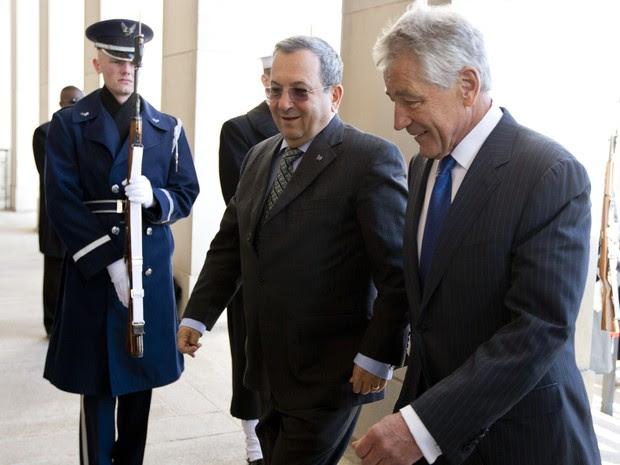 Secretário de Defesa americano Chuck Hagel e ministro da Defesa israelense, Ehud Barak, caminham juntos para o Pentágono (Foto: AP Photo / Carolyn Kaster)