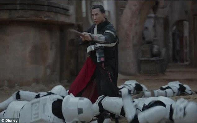 Quem precisa de olhos?  O clipe, em seguida, mostra o rescaldo do encontro de Chirrut Imwe (Donnie Yen) com meia dúzia de Stormtroopers