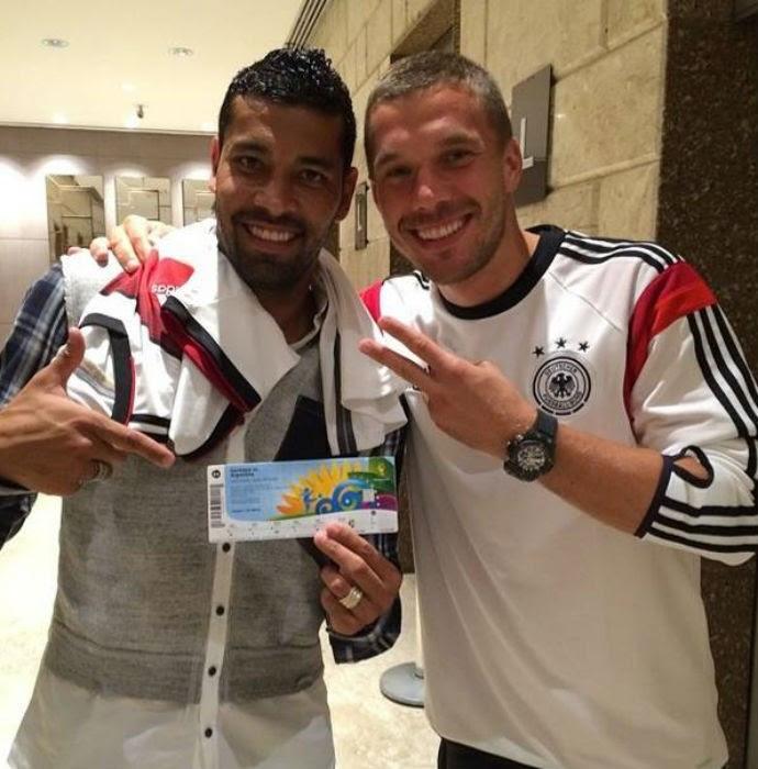 Podolski dá ingresso da final da Copa de presente a André Santos (Foto: Reprodução/Instagram)