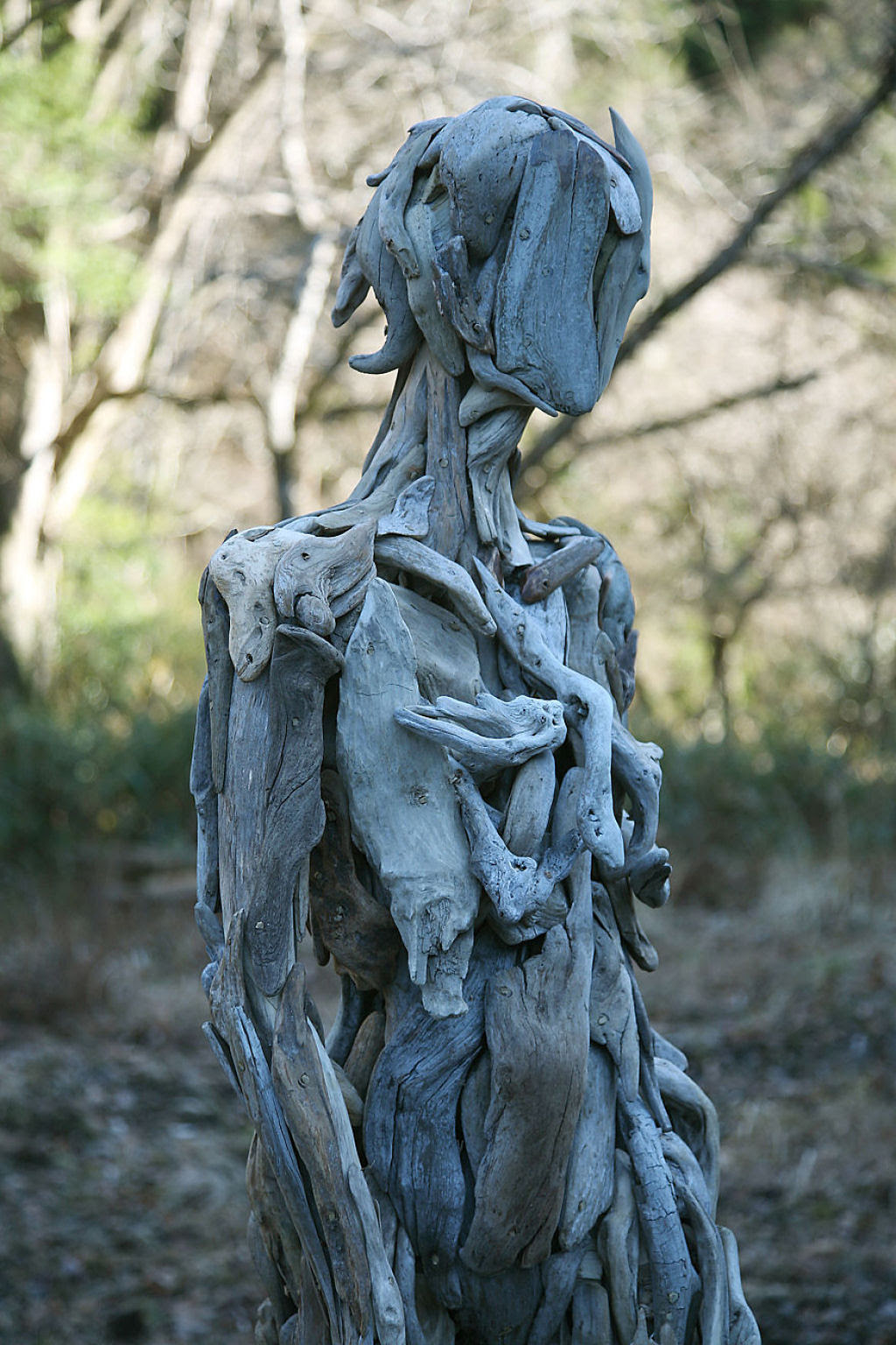 As inquietantes esculturas feitas com detrito de madeira no meio de bosque pelo japonês Nagato Iwasaki 06