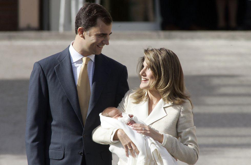 Los príncipes de Asturias presentan públicamente a su hija, la infanta Leonor, a la salida de la clínica Ruber Internacional de Madrid, el 7 de noviembre de 2005.