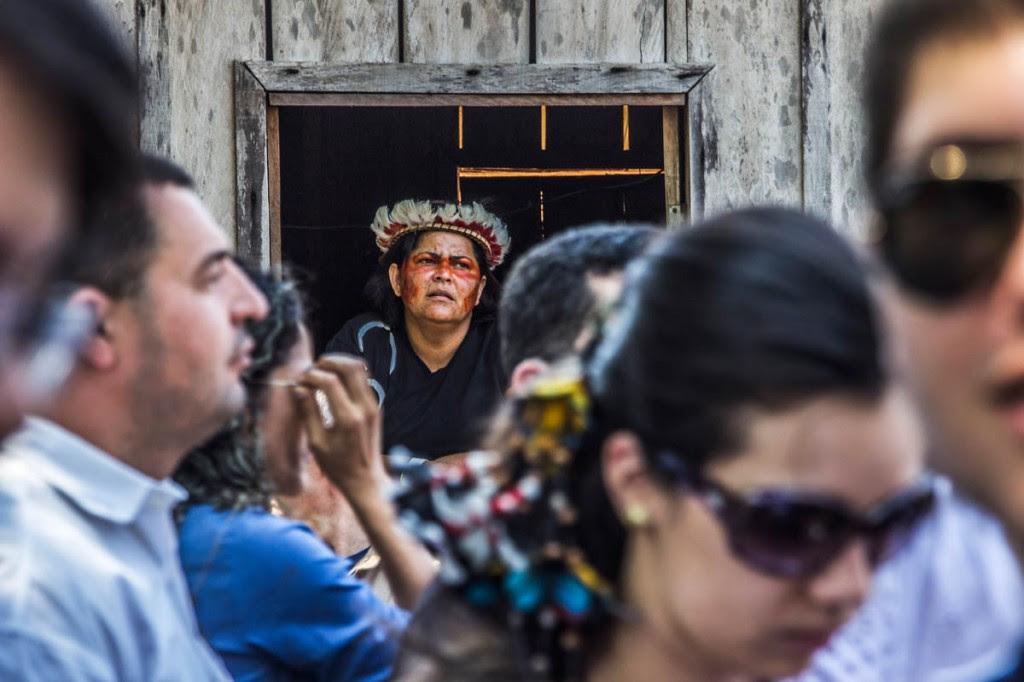 Autoridades conheceram a realidade dos índios e fizeram promessas (Foto: Marcela Bonfim/AmReal)