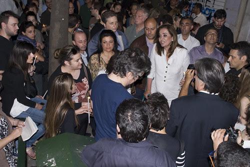 Η Ντόρα Μπακογιάννη συνομιλεί με μια κοπέλα by karpidis