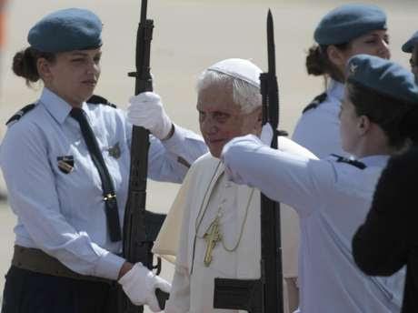 En esta foto del martes 11 de mayo de 2010, el papa Benedicto XVI recibe un saludo de guardias militares a su llegada a Lisboa. Abogados que durante años han tratado de demandar al Vaticano por no impedir los abusos sexuales imputados a clérigos analizan nuevas vías legales, tras la renuncia de Benedicto