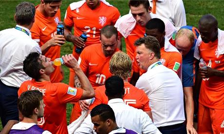 Netherlands Louis van Gaal (R) speaks to