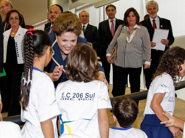 Dilma conversa com alunos de escola pública do Distrito Federal antes da cerimônia do Pacto Nacional pela Alfabetização na Idade Certa  (Foto: Roberto Stuckert Filho/PR)