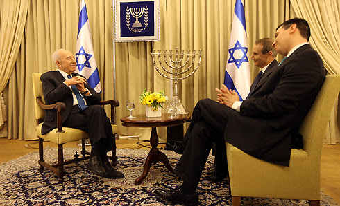 President Peres talks with with Attila Somfalvi and Ynet's former editor-in-chief Yon Feder  (Photo: Gil Yohanan)