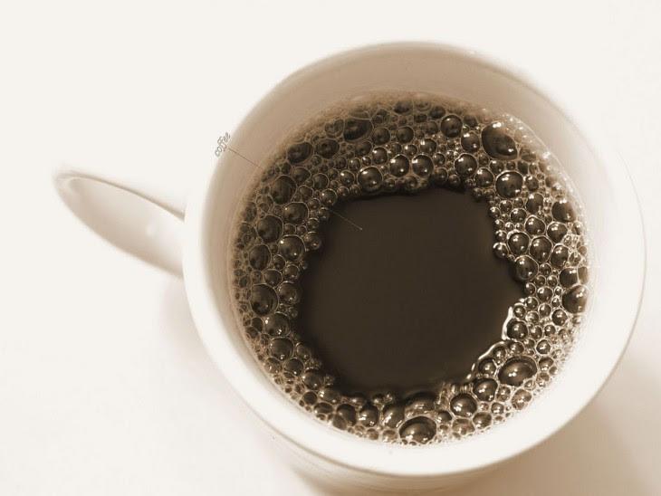 Taza de café con burbujas encima