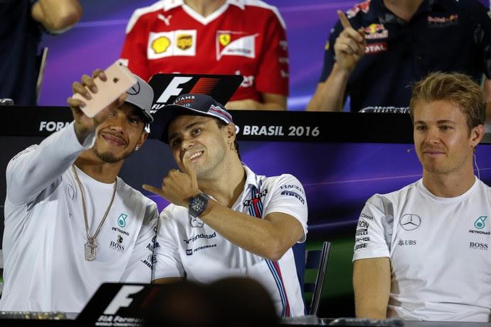 Lewis Hamilton faz selfie com Felipe Massa (Foto: EFE)