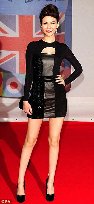 Yin e yang: Lisa Snowdon usava um vestido bandage branco, enquanto EUA estrela Victoria Justice usava um número cut-out