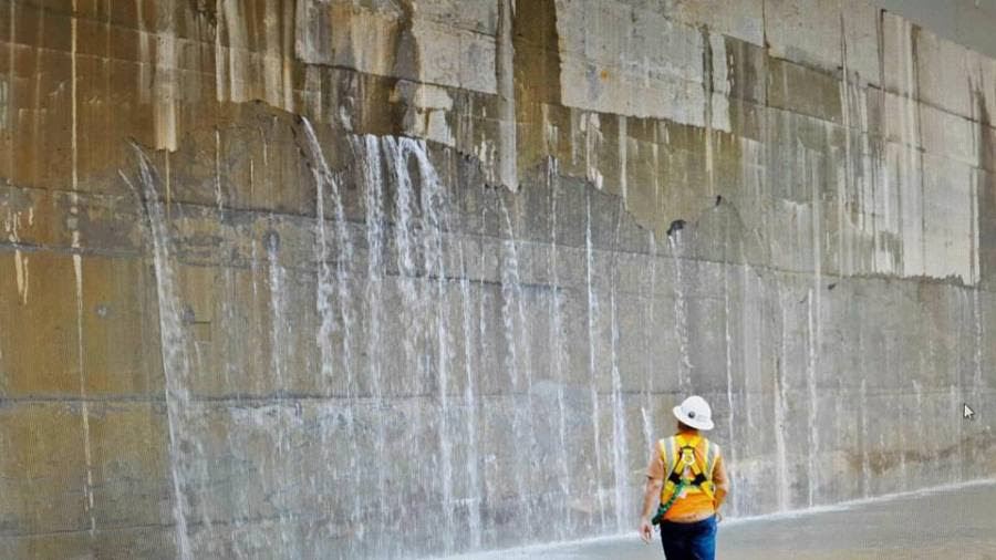 """A crack seen in the """"step"""", or sill, of lockhead 3 (LH3), dividing the middle chamber from the lower chamber of the new Cocoli Lock complex on the Pacific side of the Panama Canal."""