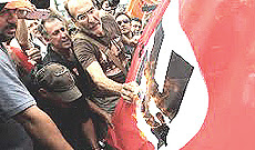 Atene, bandiere naziste contro la Merkel