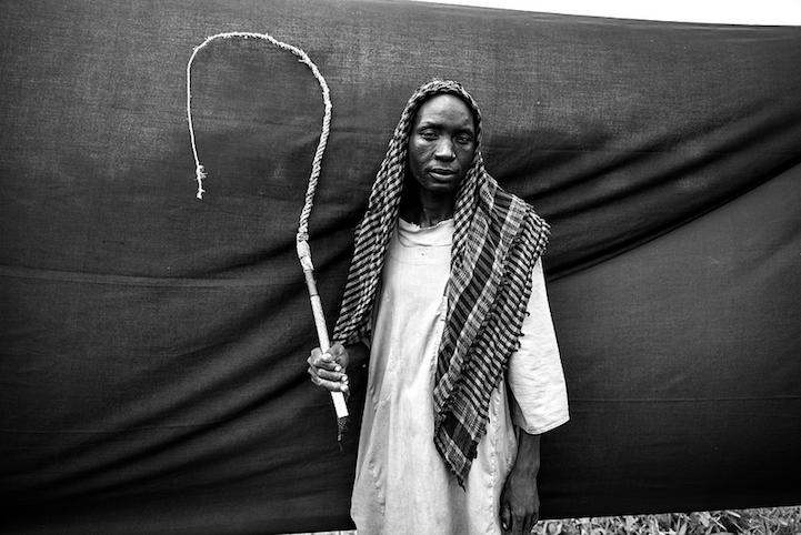 perierga.gr - Πρόσφυγες ποζάρουν με το πιο σημαντικό από τα υπάρχοντά τους