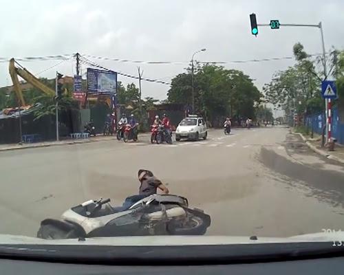 Hình ảnh Thanh niên chạy xe ga vượt đèn đỏ, bị tài xế ôtô dạy cho bài học số 1