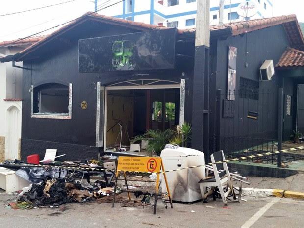 Loja de suspeito ficou destruída após revolta de moradores em Extrema (Foto: Régis Melo)