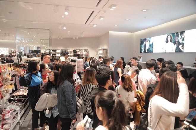 TRỰC TIẾP: Vừa mở cửa 1 giờ, khách hàng đến mua sắm chật cứng cả store H&M - Ảnh 30.