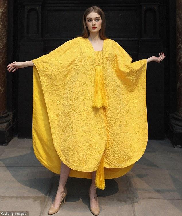 Feita a partir da seda de mais de um milhão de aranhas uma capa original será exibida no V Londres & A Museum