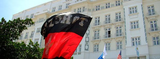 torcida do Flamengo faz festa em frente ao hotel