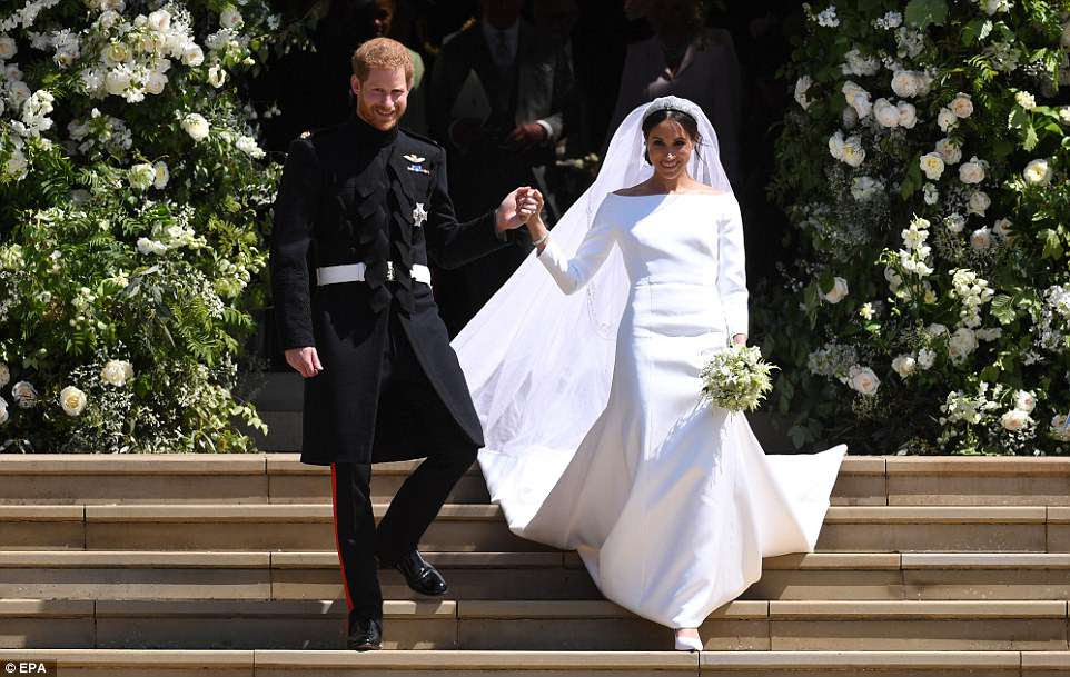 La pareja sonrió al salir de la capilla, un fuerte contraste con lo nerviosa que Harry había aparecido cuando llegó una hora antes.