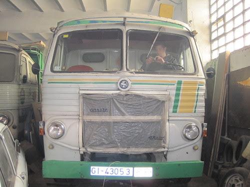 Pegaso 1062 de TRANSPORTS LLENAS de Girona amb el motor engegat i fumejant de valent
