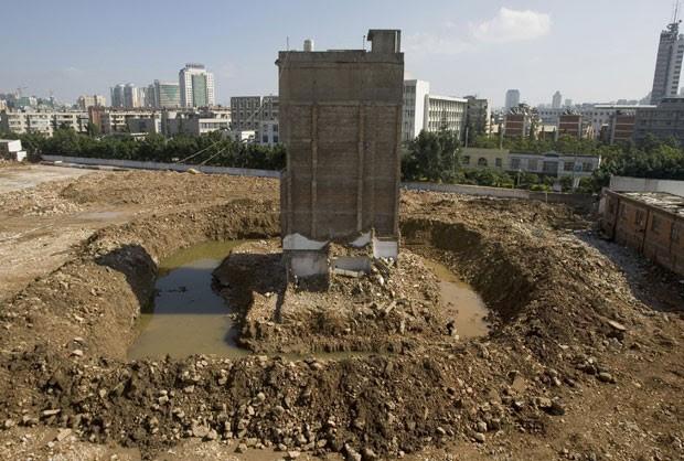 Por falta de acordo, casa não pôde ser demolida em área de construção em Kunming, na província de Yunnan, em 2010 (Foto: Reuters)