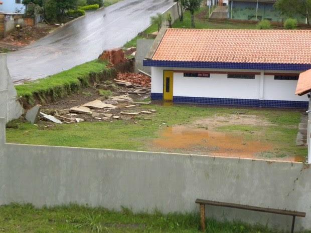 Muro do Cmei Vó Luiza caiu com a força da chuva neste sábado (31) (Foto: Eloi Mattos/Blog do Eloi)