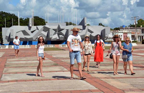 Integrantes del turoperador ruso Pegas Touristik, durante una visita a la Plaza de la Revolución Ignacio Agramonte Loynaz, en Camagüey, Cuba, el 16 de noviembre de 2018.      ACN  FOTO/ Rodolfo BLANCO CUÉ