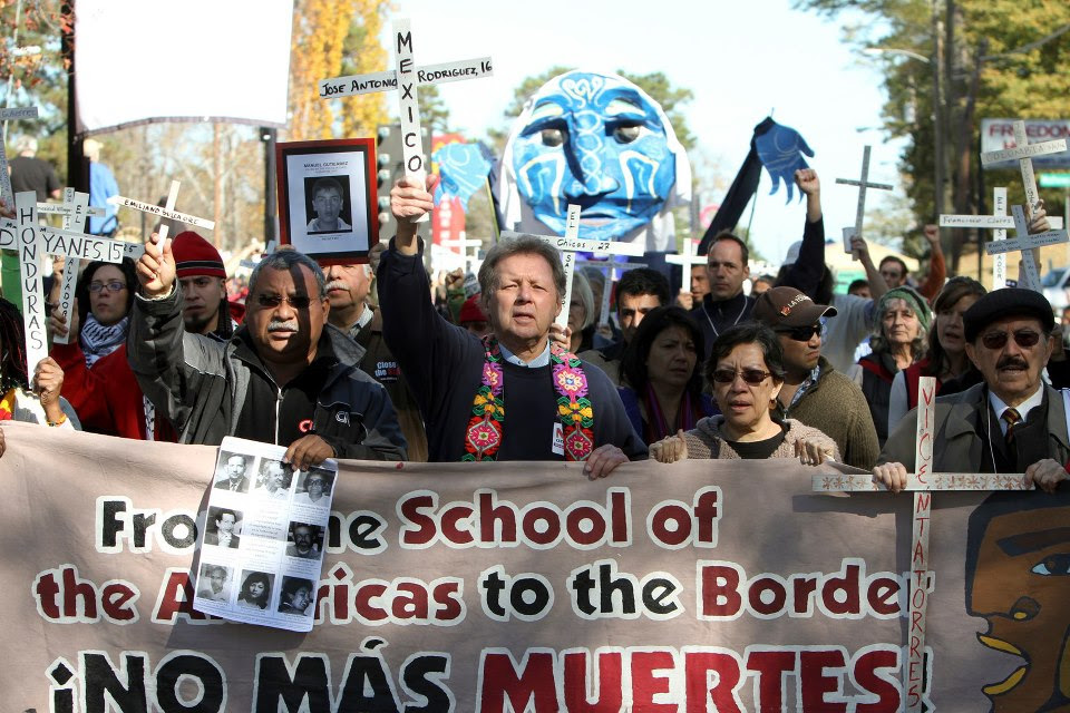 El padre Melo, lado izquierdo, junto a Roy Bourgeois, al centro, en las protestas contra la Escuela de las Américas