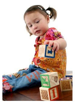 Foto: Niña jugando con bloques