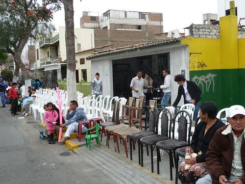 Les riverains sortent leurs chaises pour les louer