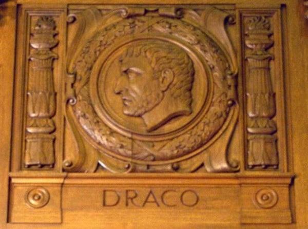 Η σκαλισμένη μορφή του Δράκοντα στην βιβλιοθήκη του Ανωτάτου Δικαστηρίου των ΗΠΑ